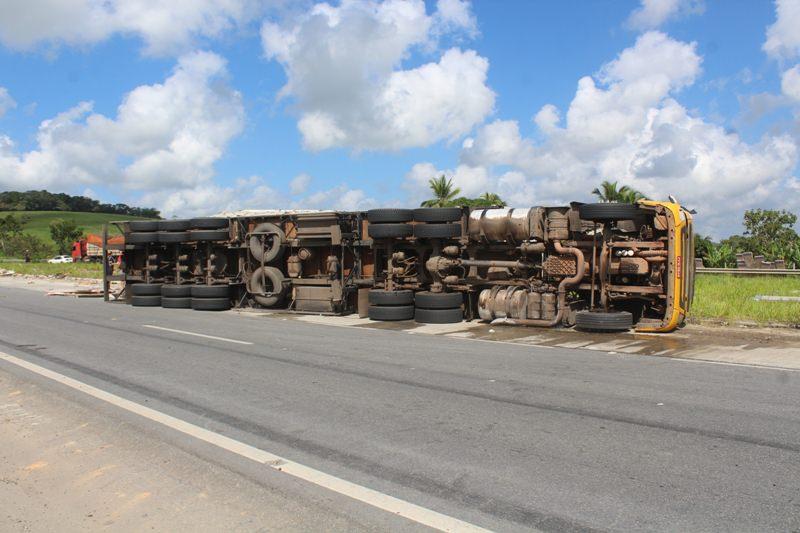 A carreta tombou no quilômetro 38 da BR 101, em Joaquim Gomes