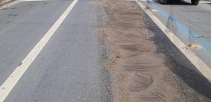 Vazamento de óleo de caminhão interdita faixa da Avenida Durval de Góes Monteiro