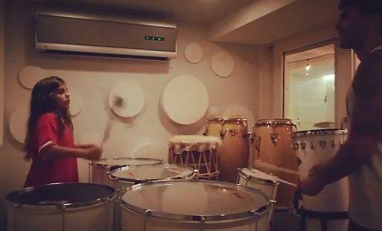 Marcelo e o pai arrasando na percussão