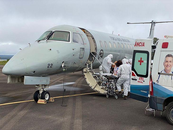 A Força Aérea Brasileira (FAB) iniciou nesta sexta-feira (15) a transferência de pacientes com Covid-19 de Manaus, no Amazonas, a outros estados