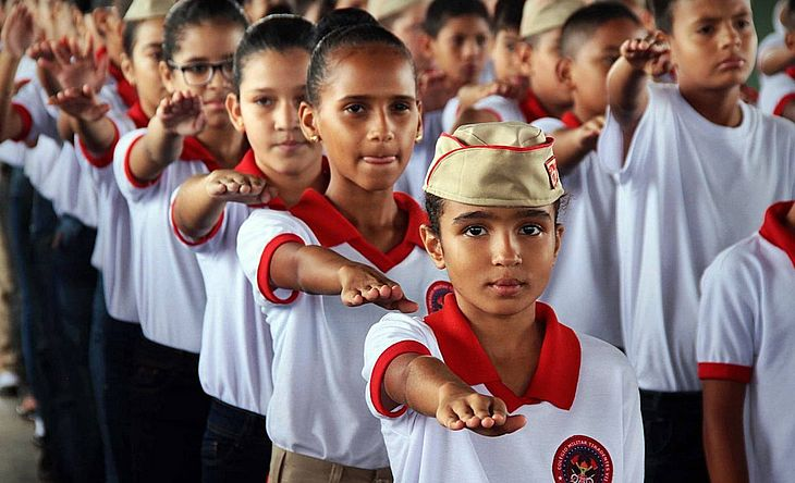 Alunos formam fila em colégio da Polícia Militar em Porto Velho