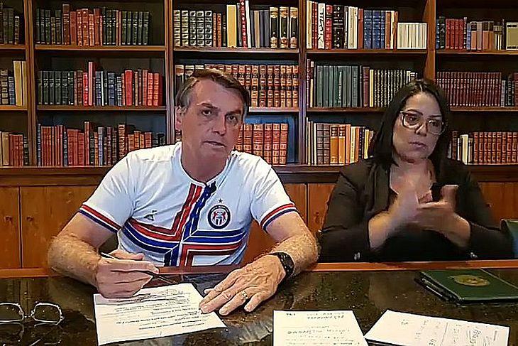 Presidente Jair Messias Bolsonaro fala ao vivo sobre as ações desenvolvidas pelo governo ao longo da semana