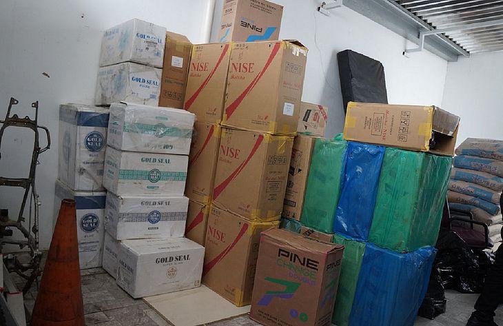 Caixas de cigarros contrabandeados foram encontrados em galpão
