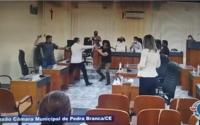 Vídeo: vereadores trocam ofensas e são contidos por colegas que tentam impedir briga no CE