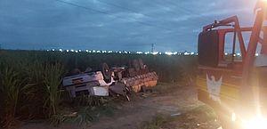 Capotamento de caminhão deixa motorista preso às ferragens em Luziápolis; vídeo