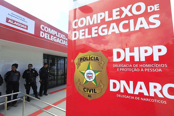 A mulher foi presa e levada para a sede da DHPP antes de seguir para o presídio