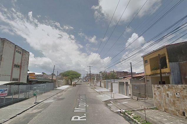 Homem se passa por oficial de justiça para roubar casa no Pinheiro