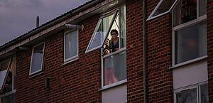 Regra que 'proíbe sexo' com quem não mora junto vira piada no Reino Unido