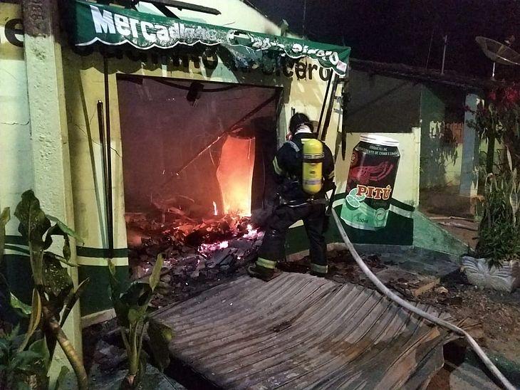Incêndio durante a madrugada destrói mercadinho em Taquarana