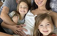 'Lá vamos nós de novo', diz Gal Gadot ao anunciar gravidez de 3º filho