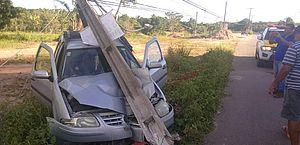 Condutor derruba poste após veículo sair da pista em rodovia em Paripueira