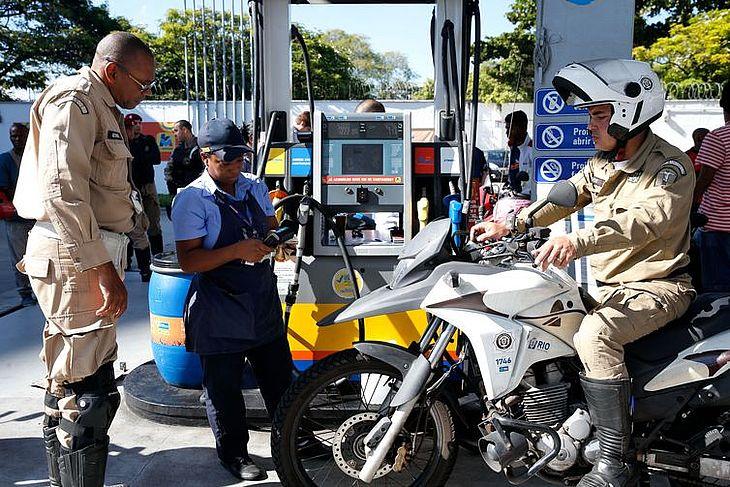 Gasolina poderá ser comprada a preços sem impostos em algumas cidades