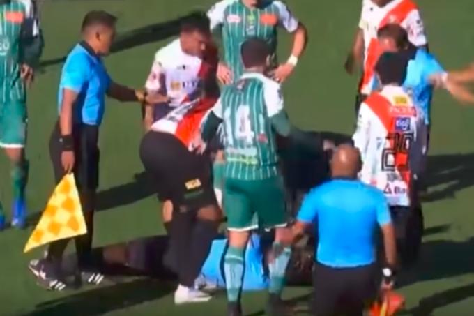 Juiz Víctor Hugo Hurtado Ogeda cai desacordado em campo durante partida entre Always Ready e Oriente Petrolero, disputada em La Paz