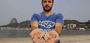 O biólogo Jonas Leite, doutor em oceanografia, presidente do Instituto Meros do Brasil, mostra microplástico vindo do mar e coletados na areia da praia de Botafogo