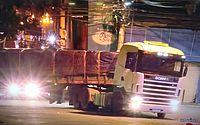 Mais de 13h depois, carreta é consertada e desbloqueia rua no Centro de Maceió