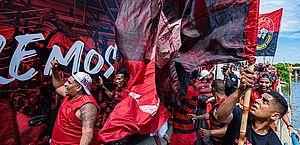 Torcida do Flamengo grita 'fica, Gabigol' na chegada do time a Doha