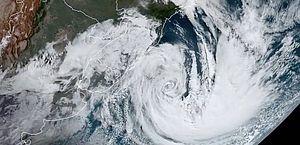 Após causar mortes e destruição, ciclone deixa sul do Brasil e segue para oceano