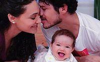 Débora Nascimento posta foto da filha com Loreto e web reage: 'A cara do pai'