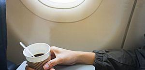 Cientistas recomendam que você não peça café ou chá em um avião; entenda