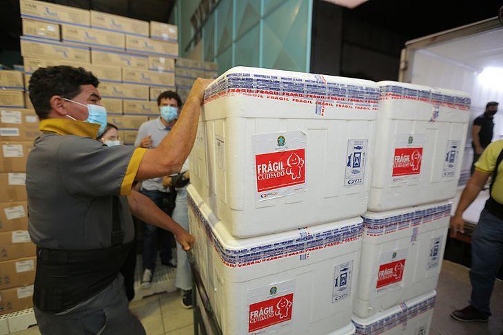 Chegada das primeiras doses de vacina CoronaVac a Alagoas
