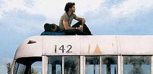 No filme, um jovem recém-formado decide viajar sem rumo pelos Estados Unidos em busca da liberdade