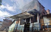 Mulher é resgatada de incêndio em residência, no Jacintinho