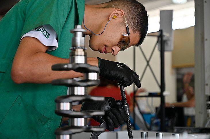 Jovem em atividade do Serviço Nacional de Aprendizagem Industrial (Senai)