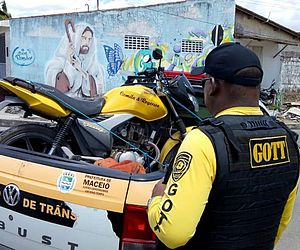 Fiscalização autua condutores em blitz no Tabuleiro do Martins