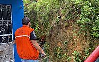Três casas são atingidas por deslizamento de barreira no Feitosa