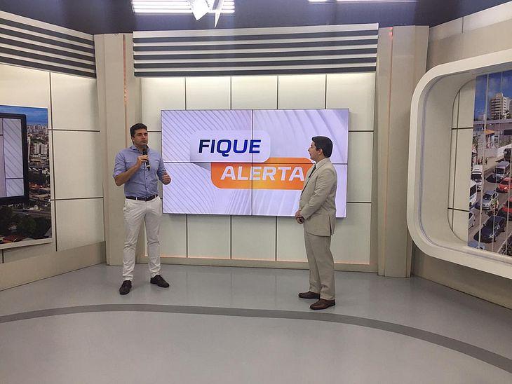 Prefeito Rui Palmeira e o apresentador Wilson Júnior no programa Fique Alerta, da TV Pajuçara