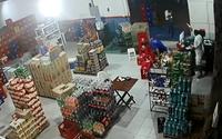 Vídeos mostram tiroteio entre criminoso e dono de mercadinho no Santos Dumont