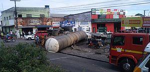 Vídeo: caminhão-pipa tomba e derrama água e óleo em pista, no Centro de Arapiraca