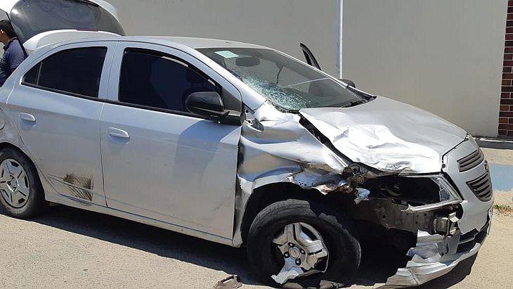 Carro do condutor que atropelou e matou motociclista idoso ficou destruído após acidente