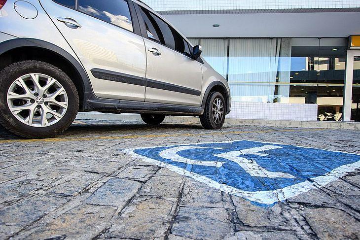 Estacionamento exclusivo para deficientes deve ser respeitado.
