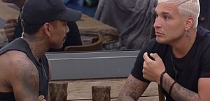 A Fazenda: MC Gui e Tiago encontram camisinha na baia: 'É do Nego'