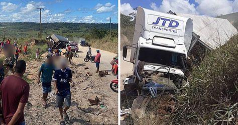 Caminhão tombou na AL-420 em São Miguel dos Campos