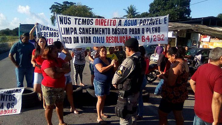 Manifestantes fecham parte da pista no sentido Maceió