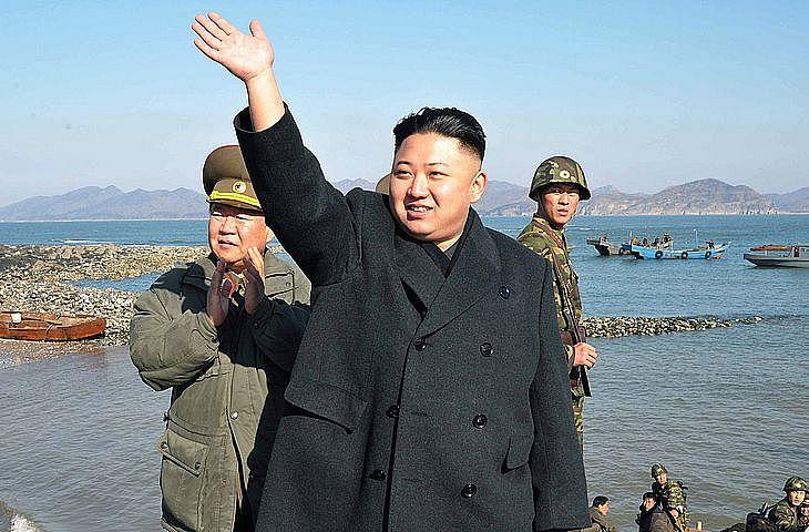 O líder norte-coreano Kim Jong-un durante visita as tropas de fronteira ocidental da Coreia no Norte, com a vizinha Coreia do Sul em 2013