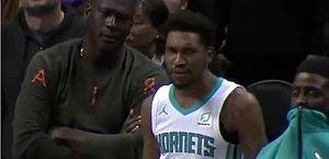 Michael Jordan reclama com o ala Malik Monk, do Charlotte Hornets, após um lance na partida contra o Detroit Pistons '