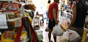 Lei que proíbe sacolas plásticas começa a valer amanhã no Rio