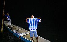 Nova camisa do CSA chegou com dois pescadores em uma canoa