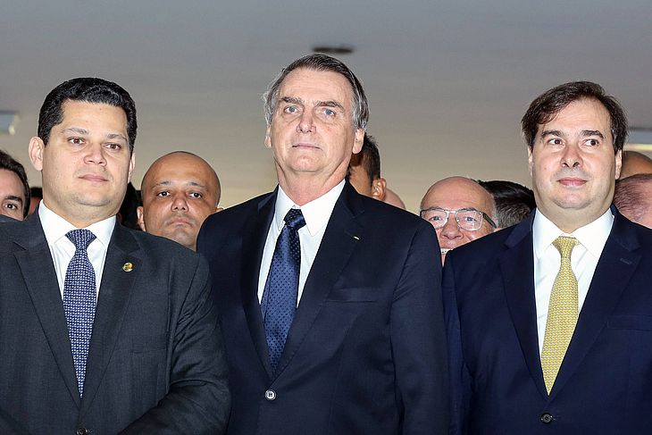 Presidente Jair Bolsonaro (PSL), entre os presidentes do Senado, Davi Alcolumbre (DEM-AP), e Rodrigo Maia (DEM-RJ)