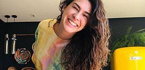 Fernanda Paes Leme se emociona ao sair de casa após se recuperar do coronavírus