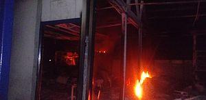 Vídeo: incêndio destrói salas de aula e biblioteca de escola no interior de Alagoas