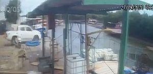 Caminhonete desgovernada desce ladeira e capota dentro de rio no Ceará; vídeo