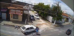 Câmera flagra motociclista sendo arremessado após colisão com carro no Jacintinho