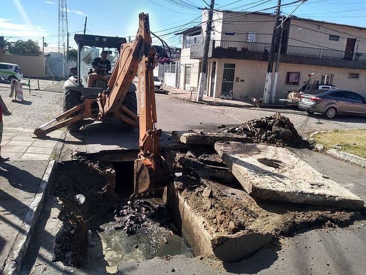 Serviços de drenagem na Rua Adauto Gomes