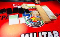 Dupla é detida com droga, celulares e dinheiro dentro de carro em Arapiraca