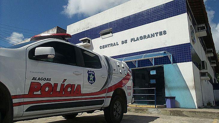 Ele foi preso e levado para a Central de Flagrantes, em Maceió