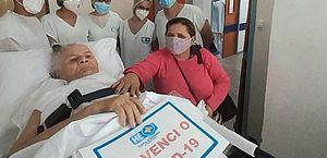 Após 138 dias internada com covid-19, idosa de 75 anos tem alta no HE do Agreste